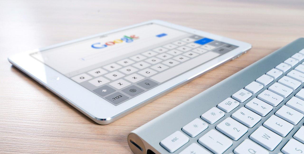 Tablet met Google op de achtergrond